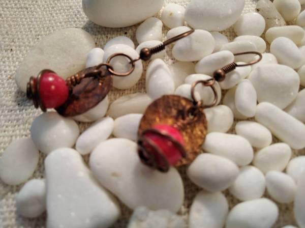 Réz fülbevaló korall kővel.