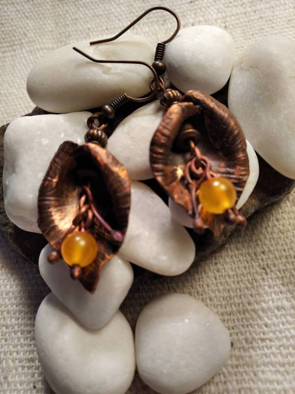 Kála alakú réz fülbevaló sárga jáde kővel