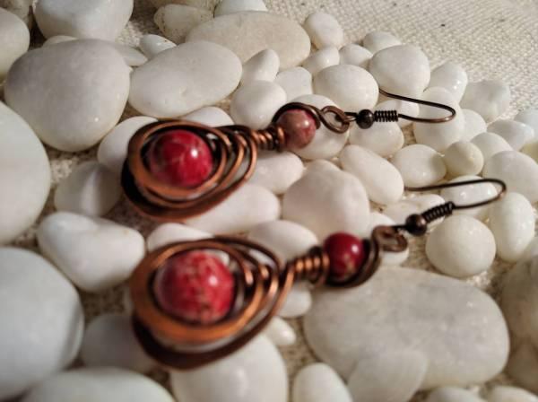 Réz fülbevaló halszálka minta és piros biborkás kővek