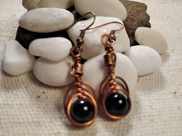 Réz fülbevaló halszálka minta és onix kő.