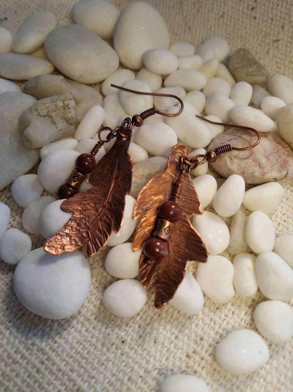 Réz falevél barna kővel.