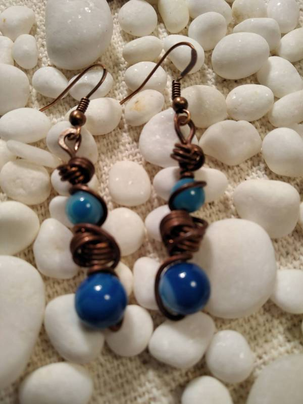 Réz fülbevaló kék jáde kővekkel.