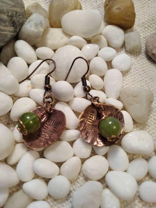 Bohó stilusú réz fülbevaló  zöld jáde kővel.