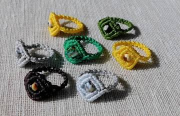 Makramé gyűrűk különböző ásványokkal.