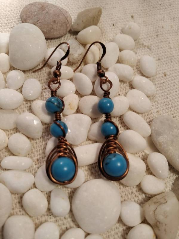 Réz fülbevaló halszálka minta és kék jáde kő.